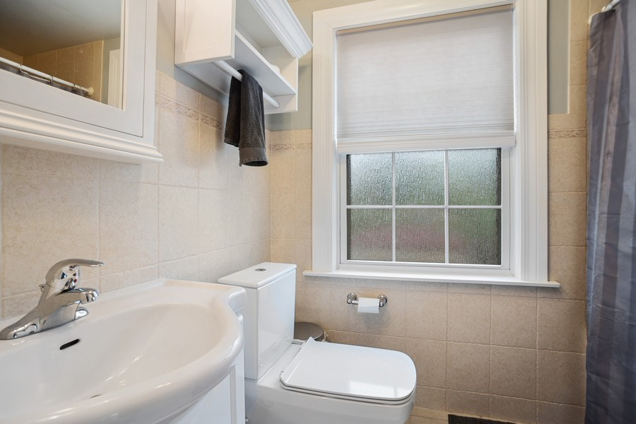 Real Estate Photography - 1327 Lundergan, Park Ridge, IL, 60068 - Bathroom