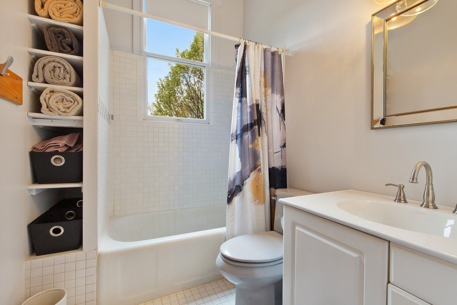 Real Estate Photography - 4101 N Greenview, Chicago, IL, 60613 - Bathroom