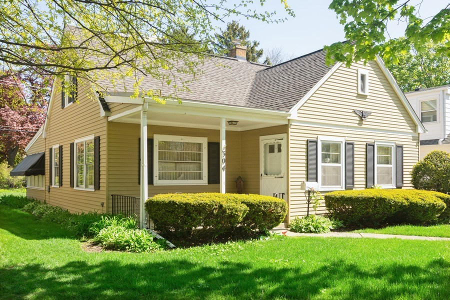 Real Estate Photography - 304 W Hawthorne, Arlington Heights, IL, 60004 - Front View