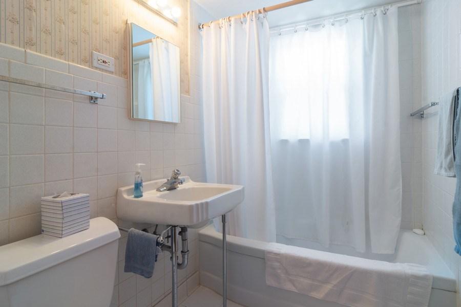 Real Estate Photography - 304 W Hawthorne, Arlington Heights, IL, 60004 - 2nd Bathroom