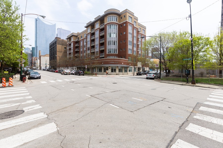 Real Estate Photography - 657 W Fulton St, Unit 609, Chicago, IL, 60661 - Front View