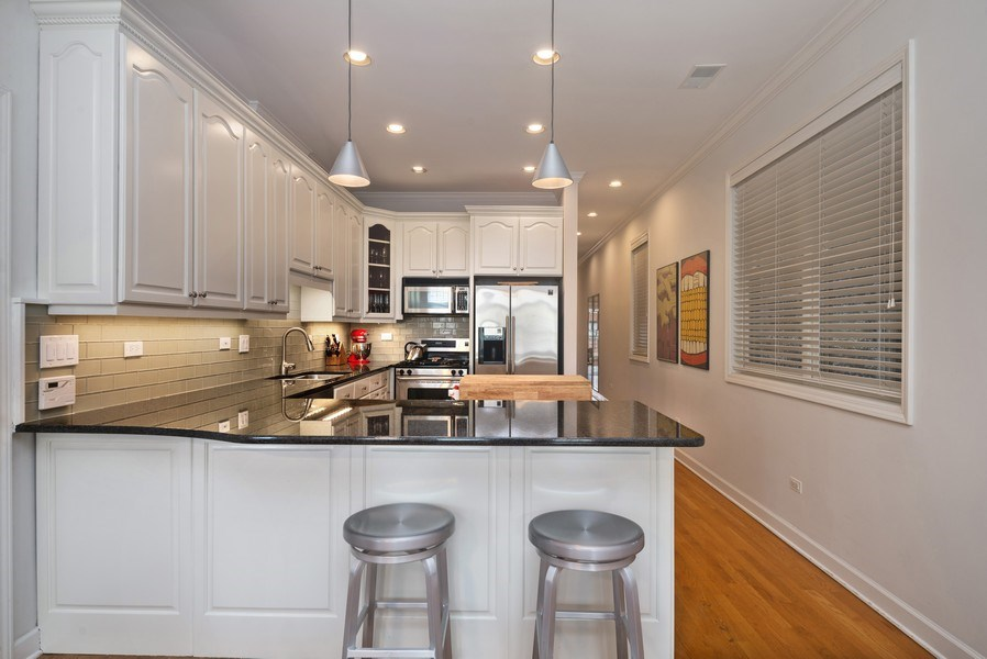 Real Estate Photography - 3839 N Southport Ave, #2, Chicago, IL, 60613 - Kitchen