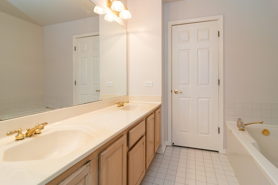 Real Estate Photography - 11413 Enterprise Dr, Westchester, IL, 60154 - Master Bathroom