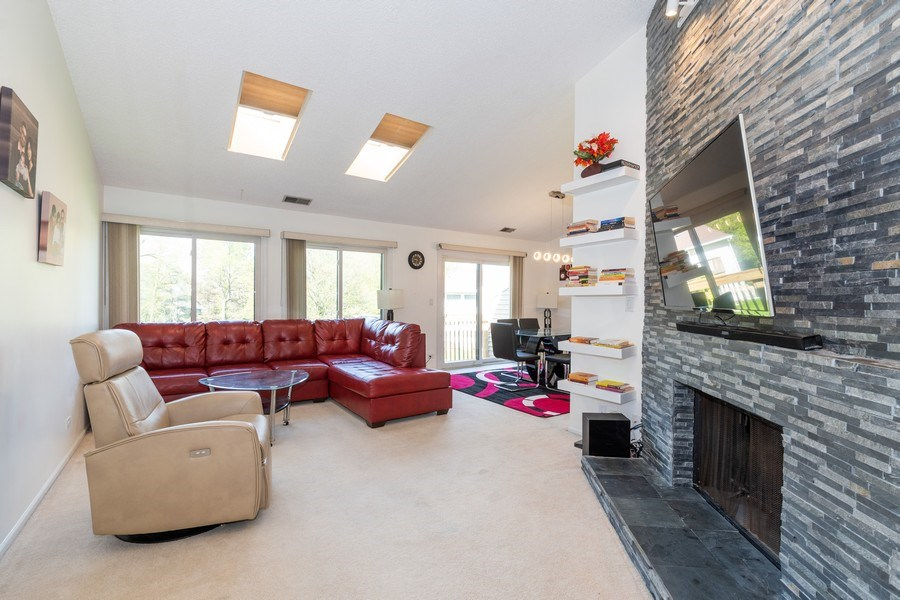 Real Estate Photography - 107 Windwood Ct, Buffalo Grove, IL, 60089 - Living Room