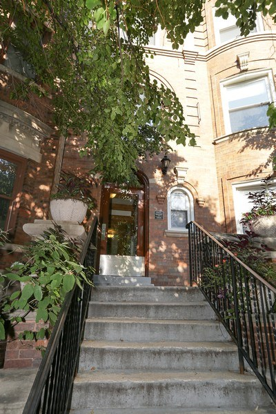 Real Estate Photography - 4055 N Sheridan Rd, #5, Chicago, IL, 60613 - Front View