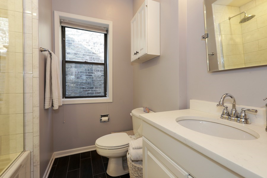 Real Estate Photography - 4055 N Sheridan Rd, #5, Chicago, IL, 60613 - Bathroom