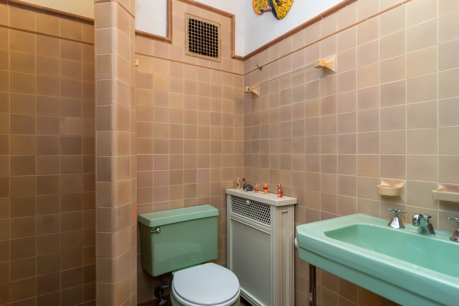 Real Estate Photography - 415 Linden Ave, Oak Park, IL, 60302 - Bathroom