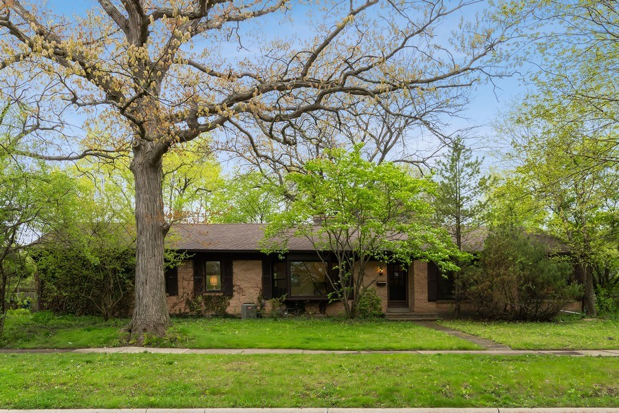 Real Estate Photography - 128 Lincolnwood Ave, Highland Park, IL, 60035 - Front View