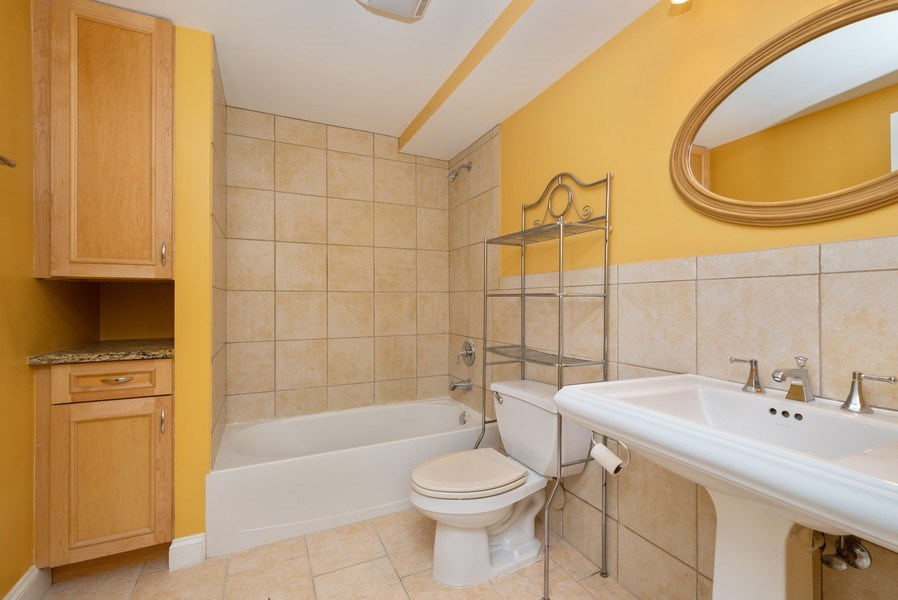Real Estate Photography - 1332 W Albion Ave #1W, Chicago, IL, 60626 - 3rd Bathroom