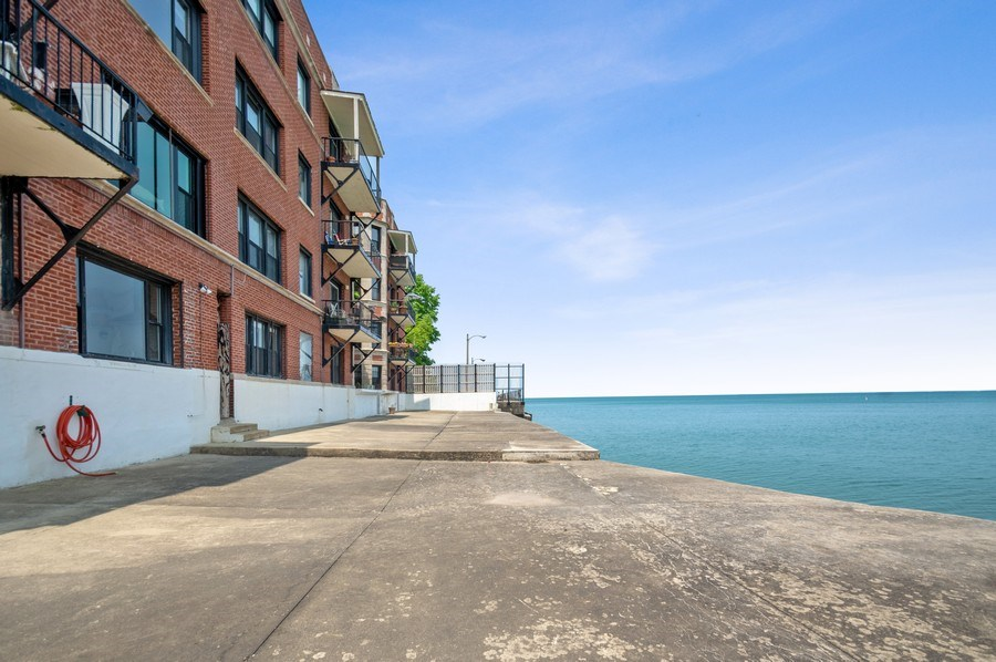 Real Estate Photography - 7631 N Eastlake Terrace, Unit 2B, Chicago, IL, 60626 - Common Sundeck