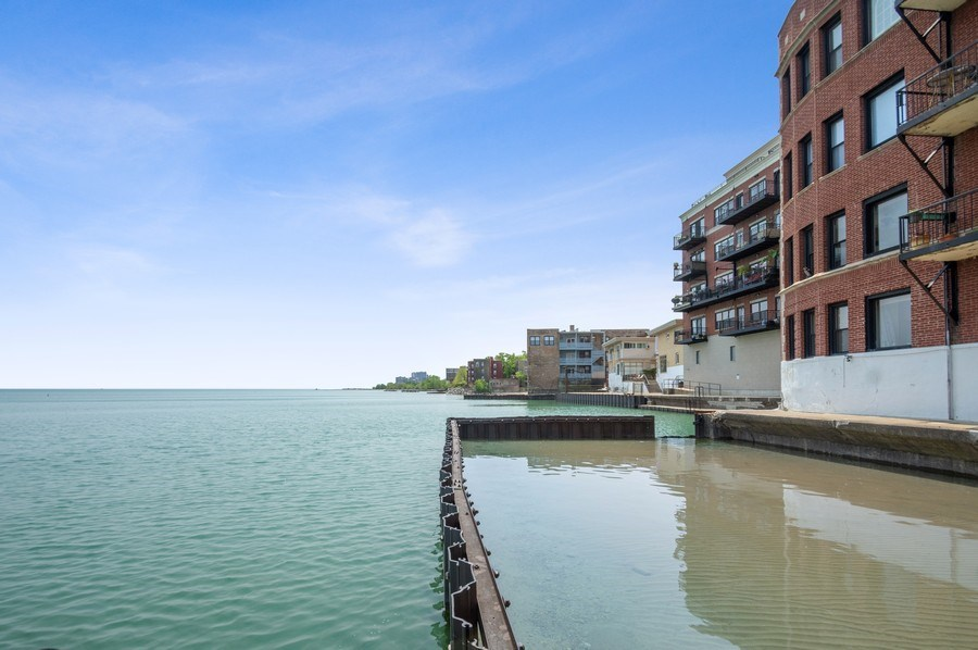 Real Estate Photography - 7631 N Eastlake Terrace, Unit 2B, Chicago, IL, 60626 - Enclosed pool