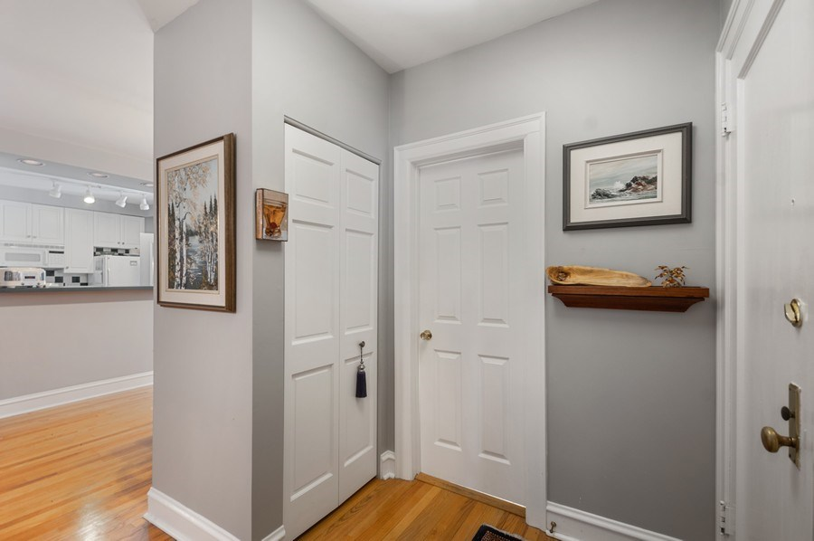 Real Estate Photography - 7631 N Eastlake Terrace, Unit 2B, Chicago, IL, 60626 - Foyer