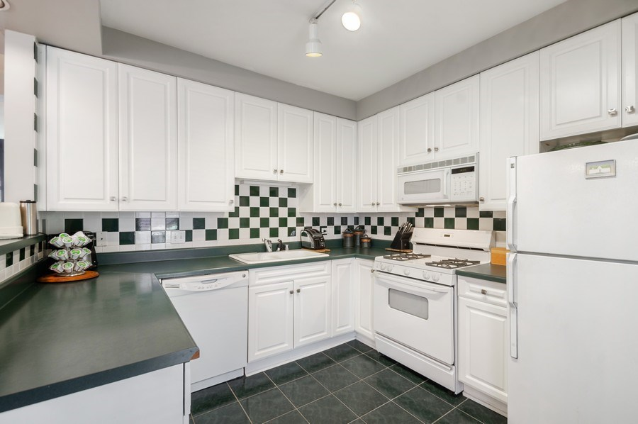 Real Estate Photography - 7631 N Eastlake Terrace, Unit 2B, Chicago, IL, 60626 - Kitchen