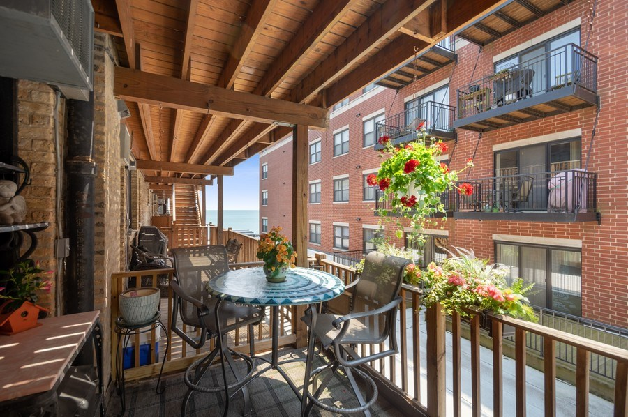 Real Estate Photography - 7631 N Eastlake Terrace, Unit 2B, Chicago, IL, 60626 - Deck