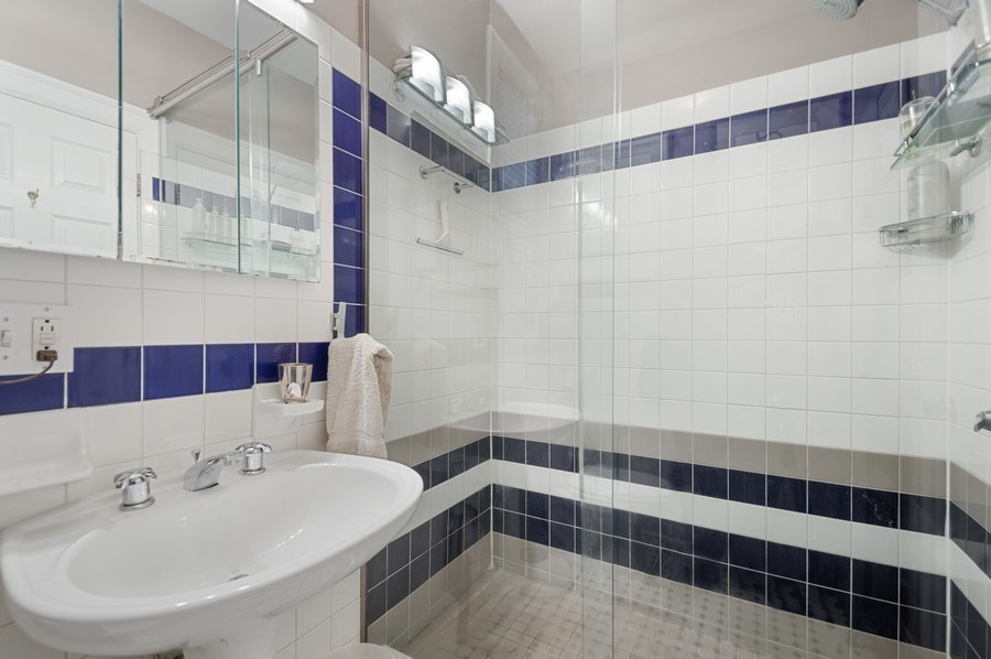 Real Estate Photography - 7631 N Eastlake Terrace, Unit 2B, Chicago, IL, 60626 - Gorgeous renovated Bathroom