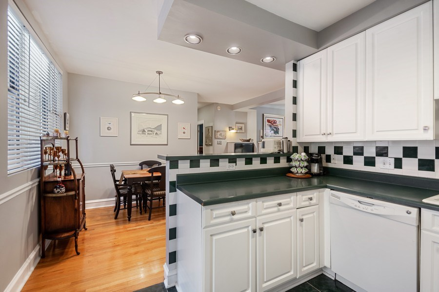 Real Estate Photography - 7631 N Eastlake Terrace, Unit 2B, Chicago, IL, 60626 - Kitchen Breakfast Bar