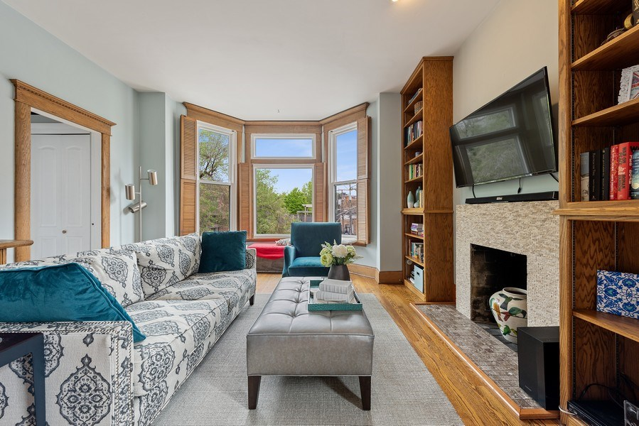 Real Estate Photography - 815 W. Dickens Ave #2E, Chicago, IL, 60614 - Living Room
