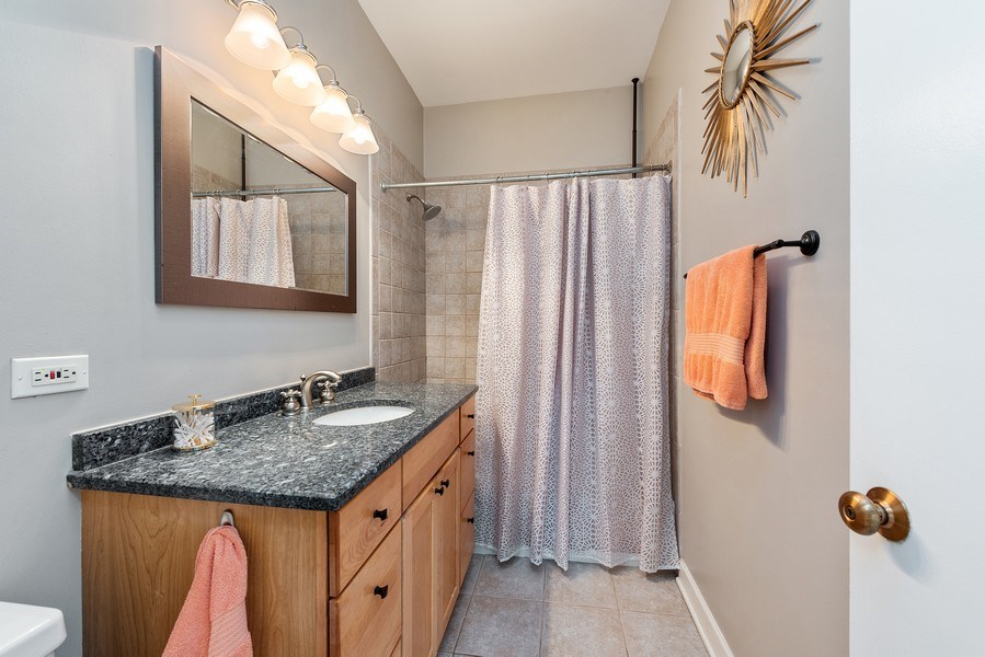 Real Estate Photography - 815 W. Dickens Ave #2E, Chicago, IL, 60614 - Bathroom