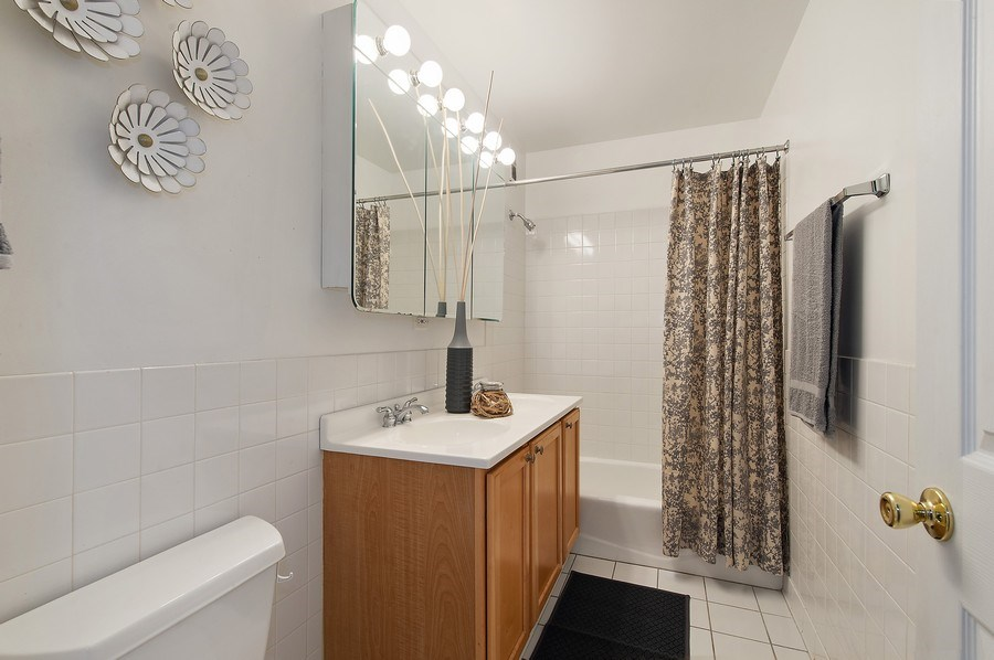 Real Estate Photography - 900 W. Fullerton #5A, Chicago, IL, 60614 - Master Bathroom