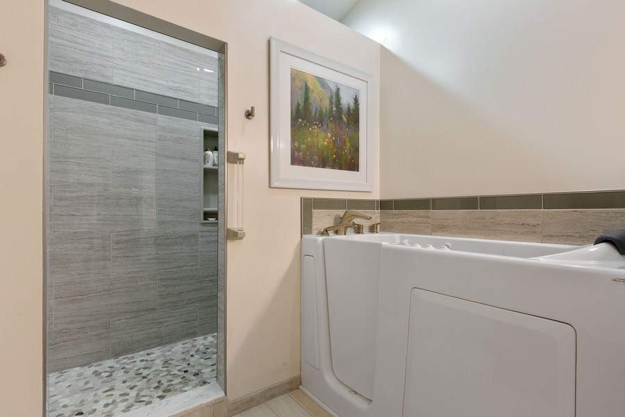 Real Estate Photography - 21685 Cappel Ln, Frankfort, IL, 60423 - Master Bathroom