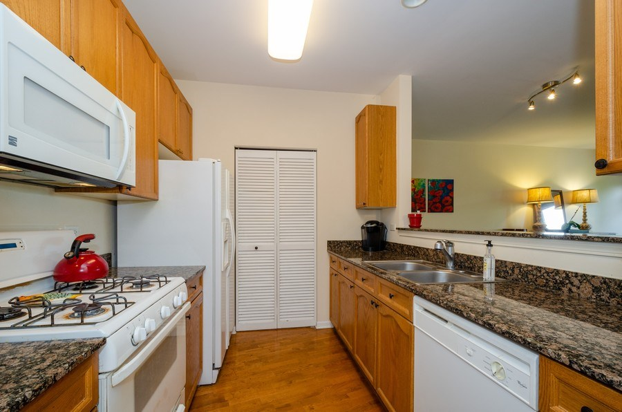 Real Estate Photography - 7742 N. Sheridan 3R, Chicago, IL, 60626 - Kitchen