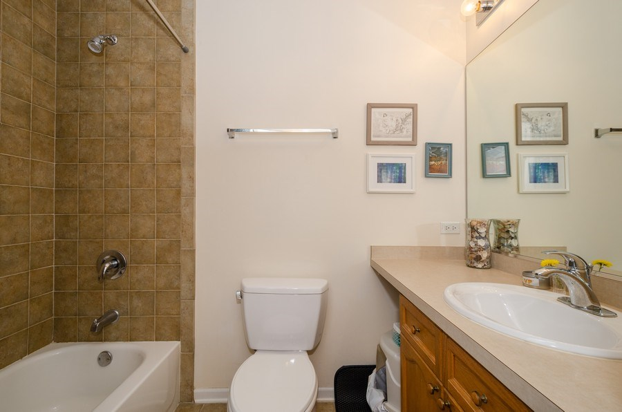 Real Estate Photography - 7742 N. Sheridan 3R, Chicago, IL, 60626 - 2nd Bathroom