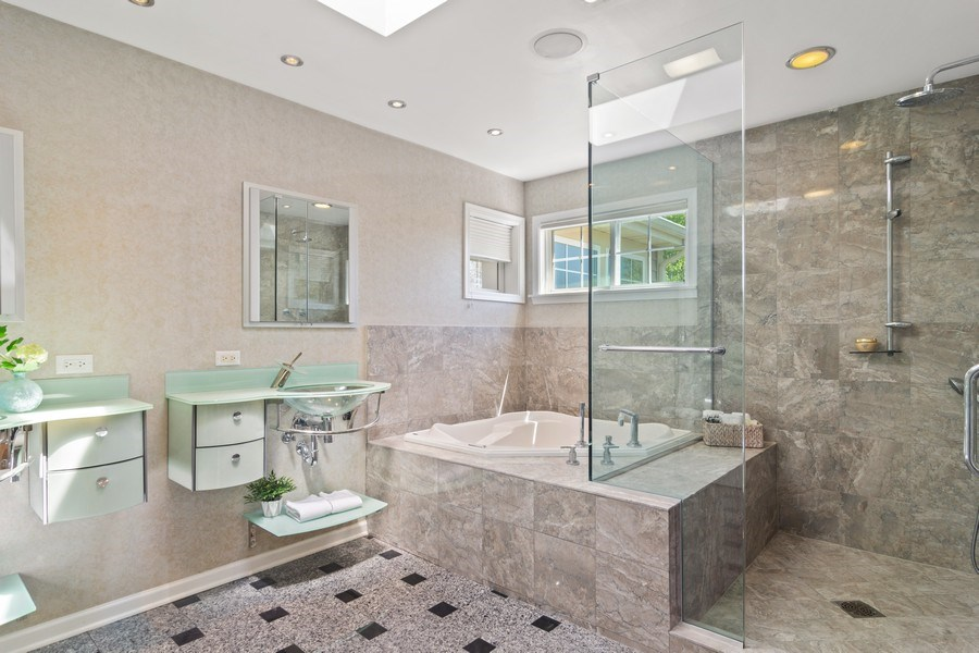 Real Estate Photography - 2240 applehill ct s, Buffalo grovr, IL, 60089 - Master Bathroom