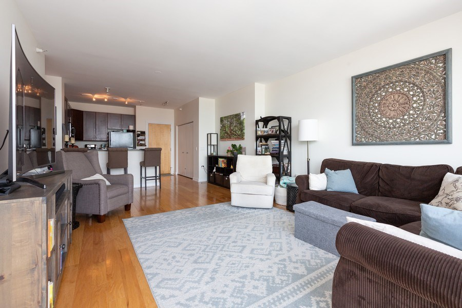 Real Estate Photography - 1629 S Prairie Ave, Unit 2307, Chicago, IL, 60616 - Living Room