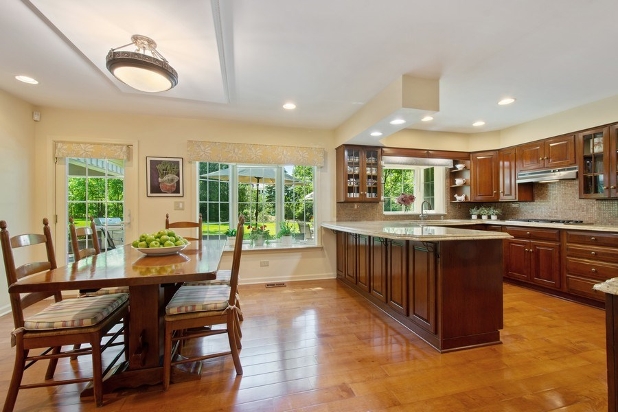 Real Estate Photography - 308 Grayfriars Ln, Inverness, IL, 60067 - Kitchen / Breakfast Room