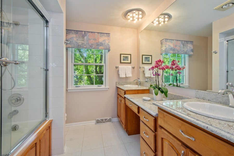 Real Estate Photography - 308 Grayfriars Ln, Inverness, IL, 60067 - Hallway Bathroom