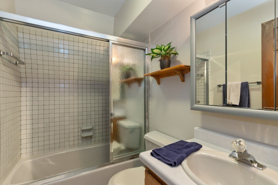 Real Estate Photography - 980 Oak Spring Ln, Libertyville, IL, 60048 - Upstairs Hall Bath
