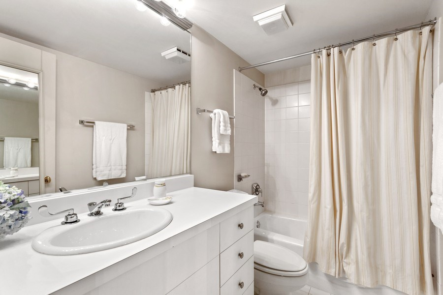 Real Estate Photography - 2515 N Seminary, A, Chicago, IL, 60614 - 3rd Full Bathroom