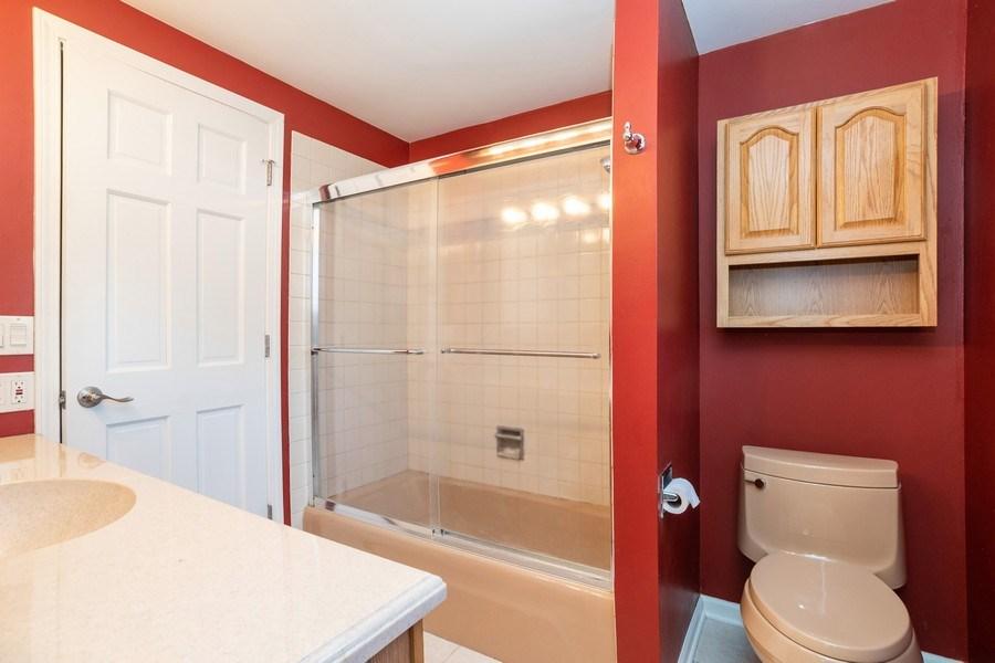 Real Estate Photography - 413 Greentree, Libertyville, IL, 60048 - Master Bathroom