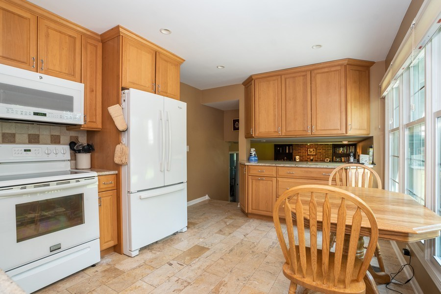 Real Estate Photography - 413 Greentree, Libertyville, IL, 60048 - Kitchen
