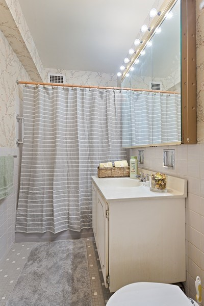 Real Estate Photography - 3180 N Lake Shore Dr, 5D, Chicago, IL, 60657 - Master Bathroom