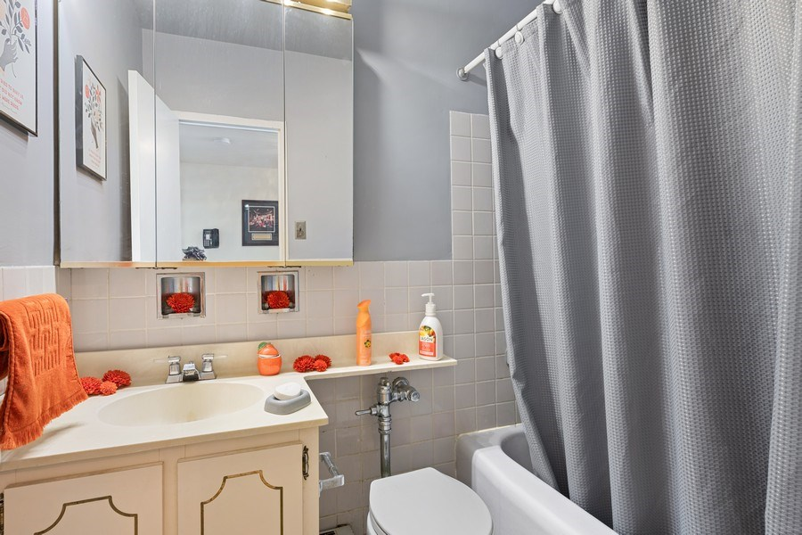 Real Estate Photography - 3180 N Lake Shore Dr, 5D, Chicago, IL, 60657 - 2nd Bathroom