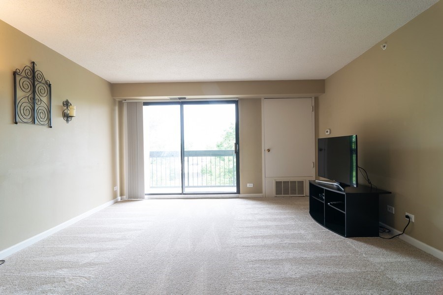 Real Estate Photography - 1840 Huntington Blvd., 409, Hoffman Estates, IL, 60169 - Living Room