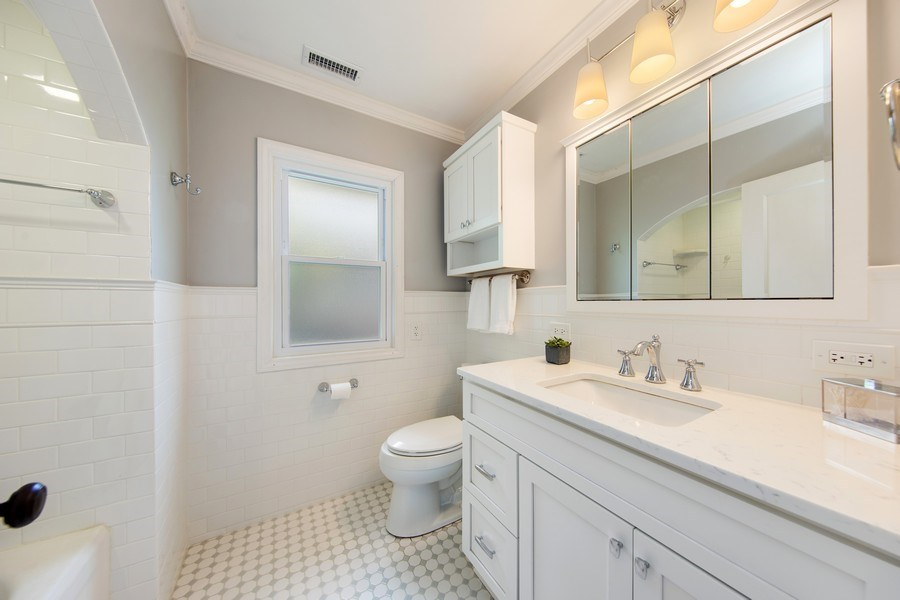 Real Estate Photography - 391 Shenshone, Riverside, IL, 60546 - Hall Bathroom