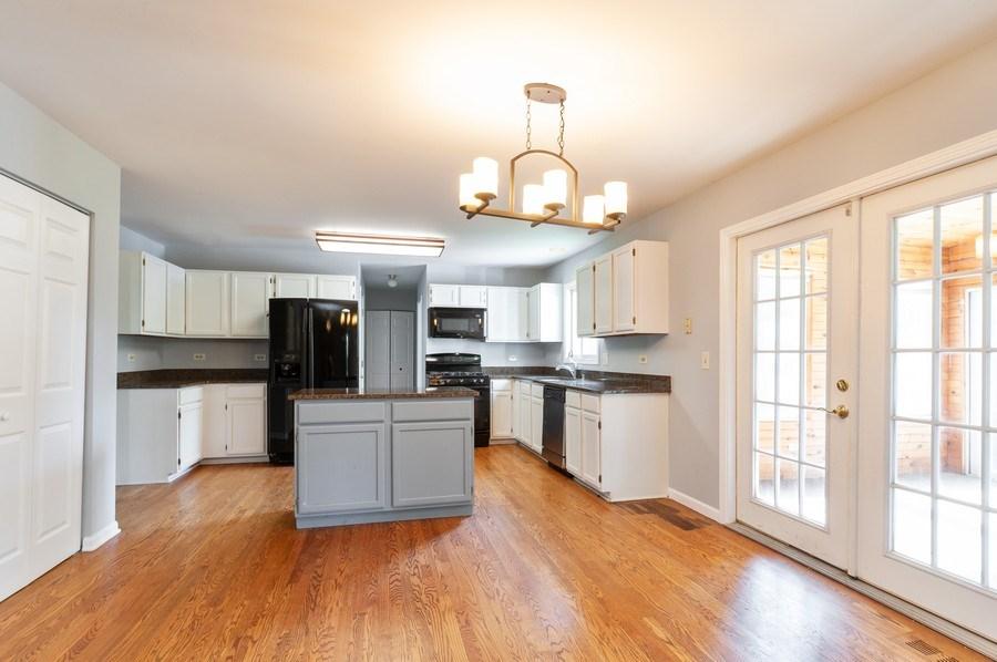 Real Estate Photography - 711 Wood Creek Court, Island Lake, IL, 60042 - Kitchen / Breakfast Room