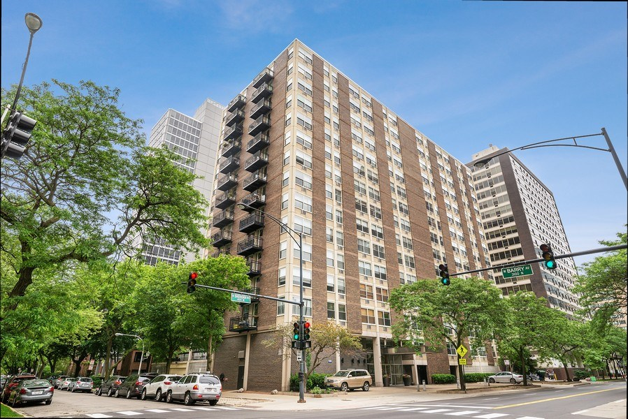 Real Estate Photography - 3033 N Sheridan Rd, Unit 810, Chicago, IL, 60657 - Front View