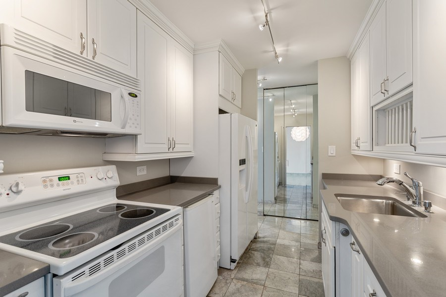 Real Estate Photography - 3930 Pine Grove, #907, Chicago, IL, 60613 - Kitchen