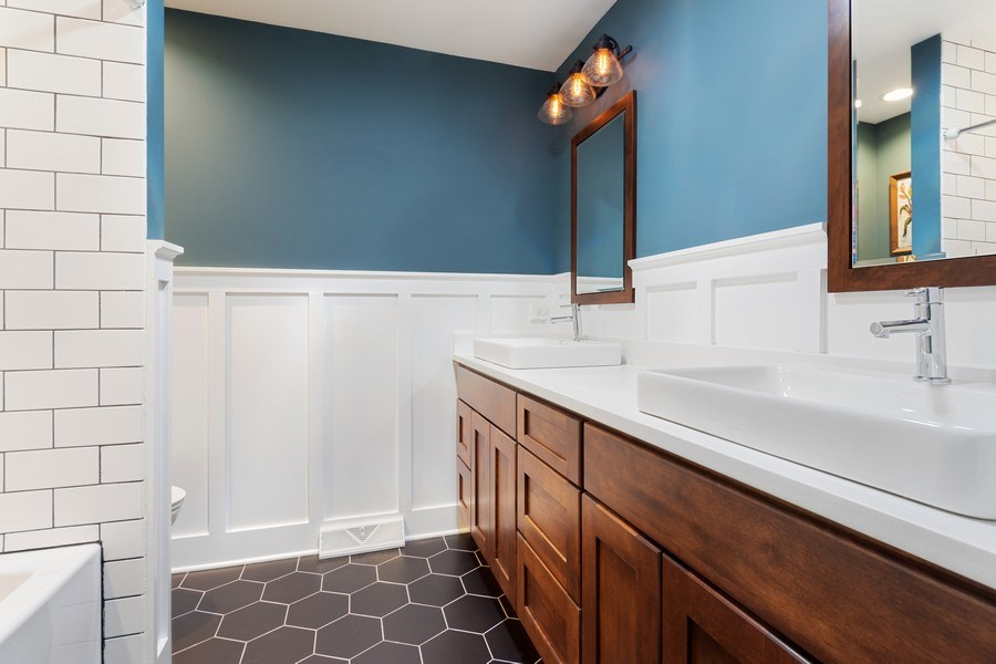 Real Estate Photography - 1423 N Chestnut Ave, Arlington Heights, IL, 60004 - 2nd Bathroom