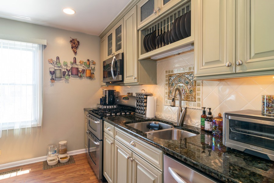 Real Estate Photography - 276 Hill Ave, Bartlett, IL, 60103 - Kitchen