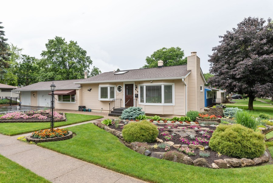 Real Estate Photography - 816 Sandra Ln., Fox River Grove, IL, 60021 - Front View