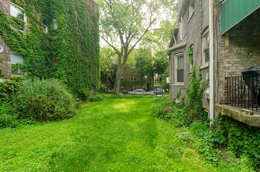 Real Estate Photography - 4900 N Glenwood Ave, Chicago, IL, 60640 - Side Yard