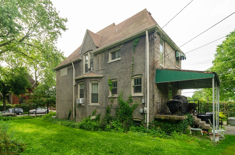 Real Estate Photography - 4900 N Glenwood Ave, Chicago, IL, 60640 - Side View