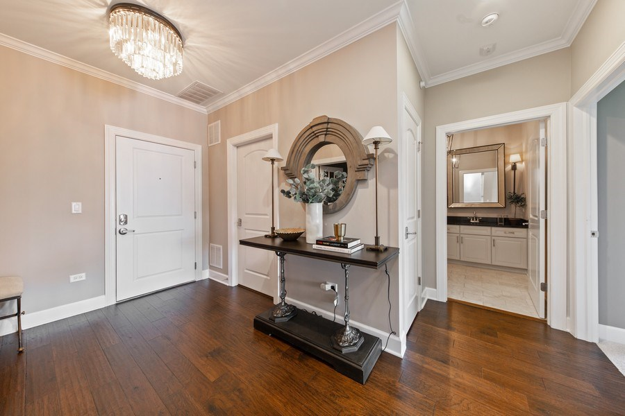 Real Estate Photography - 7 E Kennedy Ln, unit 303, Hinsdale, IL, 60521 - Foyer