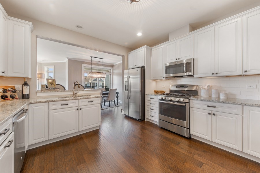 Real Estate Photography - 7 E Kennedy Ln, unit 303, Hinsdale, IL, 60521 - Kitchen