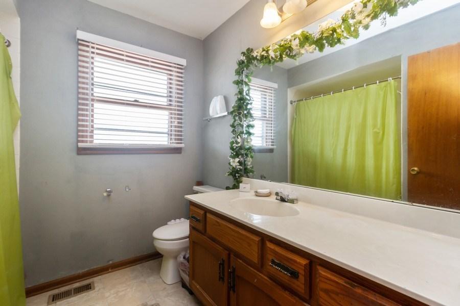 Real Estate Photography - 1830 Nottingham, Tinley Park, IL, 60477 - Bathroom