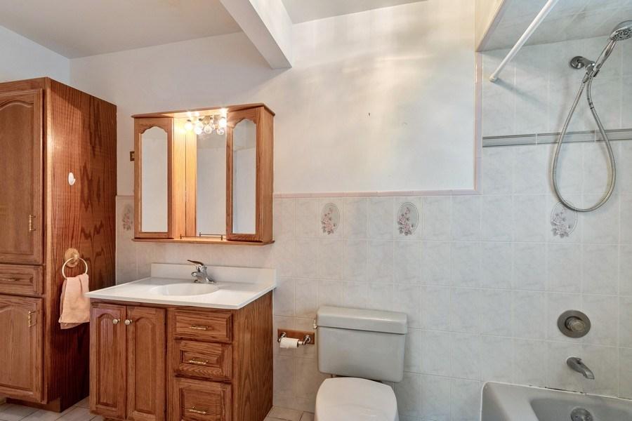 Real Estate Photography - 103 Wildwood Rd, Elk Grove Village, IL, 60007 - Master Bathroom